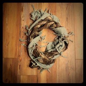 Gap plaid scarf with tassles